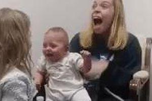 Xúc động giây phút bé gái 3 tháng tuổi khiếm thính lần đầu nghe thấy giọng mẹ và chị gái