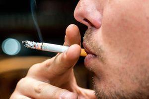 Cha hút thuốc làm bình ga phát nổ khiến con gái bỏng nặng