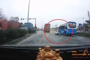 Xe khách dừng ven đường khiến xe máy ngã nhào