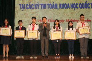 Quận Hoàn Kiếm (Hà Nội) tuyên dương HS đạt thành tích cao các kỳ thi quốc tế 2018