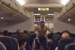Sốc nặng với 'bợm rượu' đi vệ sinh ngay trên khoang máy bay