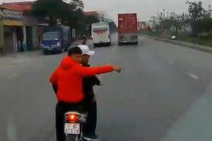 CLIP: Nhóm thanh niên đi xe máy chặn đầu ô tô vì 'tội' bóp còi