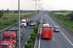 Nhiều phương tiện đi vào làn đường khẩn cấp cao tốc TP.HCM-Trung Lương