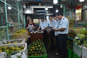 Kiểm tra an toàn thực phẩm chợ đầu mối nông sản ở TP.HCM