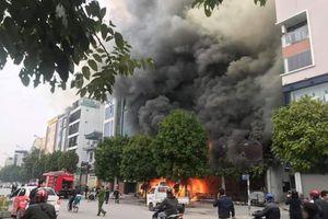 Quán ăn cháy dữ dội ở Hà Nội