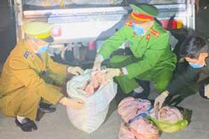 Ôtô tải vận chuyển 1,7 tấn thực phẩm bẩn