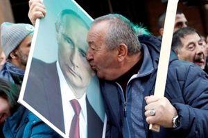 Biển người chào đón Tổng thống Nga Putin tới thăm Serbia