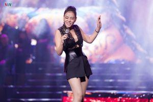 Thu Minh diện đồ ren mỏng trong đêm nhạc 'Chuyện của mùa đông'