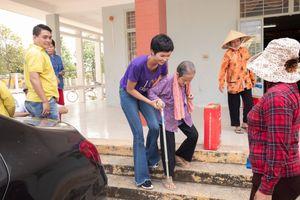 H'Hen Niê giản dị, hồn nhiên trong chuyến từ thiện tại Long An