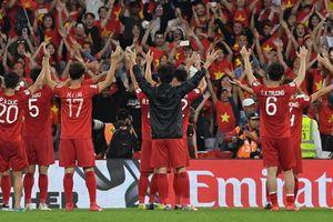 Nghẹt thở qua vòng bảng Asian Cup, cầu thủ Việt Nam ôm nhau vỡ òa hạnh phúc