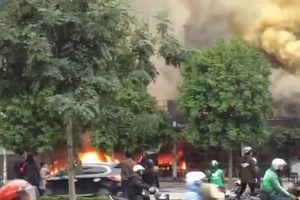 Hai cửa hàng ăn uống bốc cháy ngùn ngụt sau tiếng nổ lớn trên phố Hà Nội