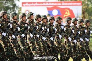 Galil ACE 32 Việt Nam và QBZ-97B Trung Quốc song hành trong lễ duyệt binh của Lào