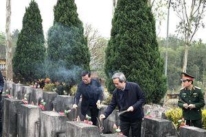 Đồng chí Nguyễn Văn Bình thăm và tặng quà tại tỉnh Hà Giang