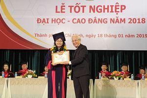 Sau 3 tháng chờ đợi, sinh viên HUFLIT đã được nhận bằng tốt nghiệp