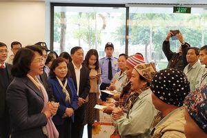 Phó chủ tịch nước Đặng Thị Ngọc Thịnh tặng 100 suất quà cho bệnh nhân ung thư nghèo