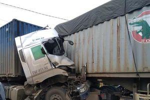 Container húc nhau trên QL 9 khiến 2 tài xế thương vong