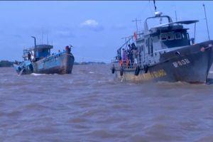Cứu 10 ngư dân bị sóng đánh chìm tàu
