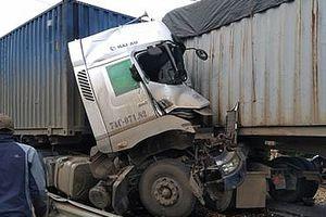 Hai container đấu đầu trên quốc lộ, một tài xế tử vong