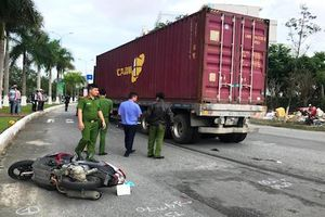 Bị xe container cuốn vào gầm, 2 mẹ con may mắn thoát chết