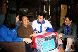 Trao quà Tết và khám bệnh, cấp thuốc miễn phí cho người nghèo ở xã biên giới Kỳ Sơn