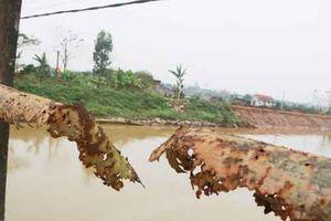 Người dân 'liều mình' qua cây cầu già yếu gần 40 tuổi ở Ninh Bình