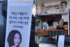 'Thần chết' Lee Dong Wook nói về sự thay đổi giữa độ tuổi 20 và tuổi 30 - Lee Byung Hun cảm ơn xe cà phê của 'Đại tỷ' Kim Hye Soo