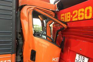 Xe tải tông xe khách chở học sinh trên cao tốc khiến hàng chục em nhỏ la hét hoảng loạn