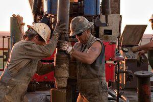 Giá dầu tăng mạnh, đạt đỉnh gần 2 tháng