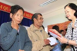 Đồng chí Trương Thị Mai tặng quà Tết cho người nghèo tại Lâm Đồng