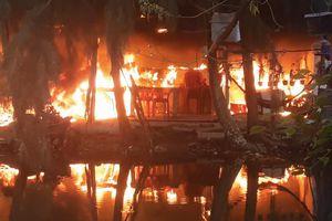 Căn nhà trong khu giải trí ở TP.HCM cháy ngùn ngụt, cột khói cao hàng chục mét
