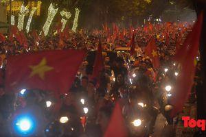 Việt Nam vào tứ kết Asian Cup 2019, CĐV nhuộm đỏ các con đường ở thủ đô Hà Nội