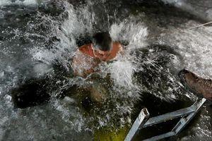 Người Chính thống giáo ngâm mình trong 'nước đá' mừng Lễ Hiển Linh