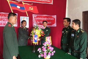 Đồn Biên phòng cửa khẩu quốc tế Lao Bảo chúc mừng các đơn vị nhân Ngày thành lập Quân đội nhân dân Lào