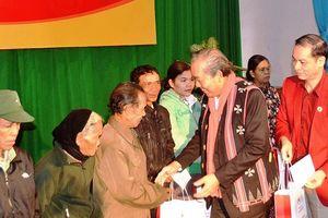 Phó Thủ tướng Trương Hòa Bình tặng quà Tết huyện biên giới A Lưới