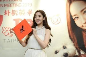 'Thư ký Kim' Park Min Young lần đầu 'múa bút' viết chữ treo xuân