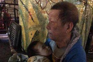 Cụ ông bế cháu 3 tuổi ngủ gầm cầu Chương Dương: Trung tâm bảo trợ tiếp nhận nuôi dưỡng, bé trai đã được mẹ đẻ đón về chăm sóc