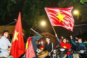 Cổ động viên cả nước mừng chiến thắng của ĐT Việt Nam