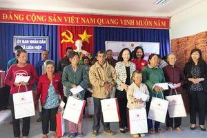 Tặng quà cho trẻ em mồ côi, người già neo đơn Lâm Đồng