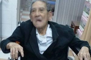 Gắp mẩu xương heo ra khỏi thực quản cụ ông 105 tuổi