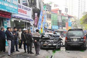 Hai góc quay ghi lại toàn cảnh ô tô 'điên' tông hàng loạt xe trên phố Thủ đô
