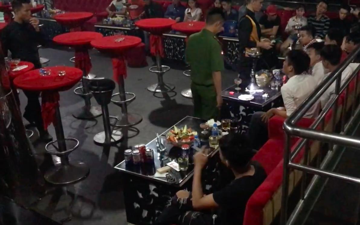 Cảnh sát đột nhập 2 tụ điểm ăn chơi ở Sài Gòn, phát hiện gần 100 người xăm trổ phê ma túy