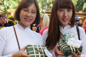 Khách quốc tế trải nghiệm tết Việt với lễ hội bánh chưng