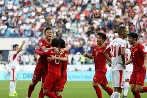 Chủ tịch Công ty Địa ốc Hưng Thịnh tặng đội tuyển Việt Nam 2 tỉ đồng