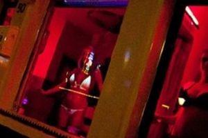 Gái mại dâm ở phố đèn đỏ Hà Lan 'khốn đốn' vì khách du lịch