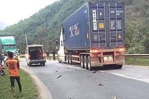Hai vụ đối đầu xe container, 5 người thương vong