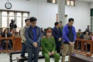 Cựu TGĐ OceanBank Nguyễn Xuân Sơn tươi cười đến Tòa từ tờ mờ sáng
