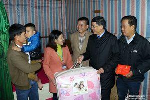 Thăm và tặng quà cho giáo viên và học sinh khó khăn của huyện Kỳ Sơn