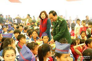 Tặng quà, tổ chức 'Tết sum vầy 2019' cho giáo viên, học sinh khó khăn huyện Kỳ Sơn