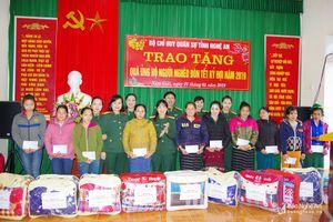 Bộ CHQS tỉnh Nghệ An tặng quà Tết cho hộ nghèo tại xã biên giới Nậm Giải