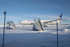 Máy bay chở 250 hành khách mắc kẹt trên đường băng lạnh -30 độ C suốt 14 tiếng